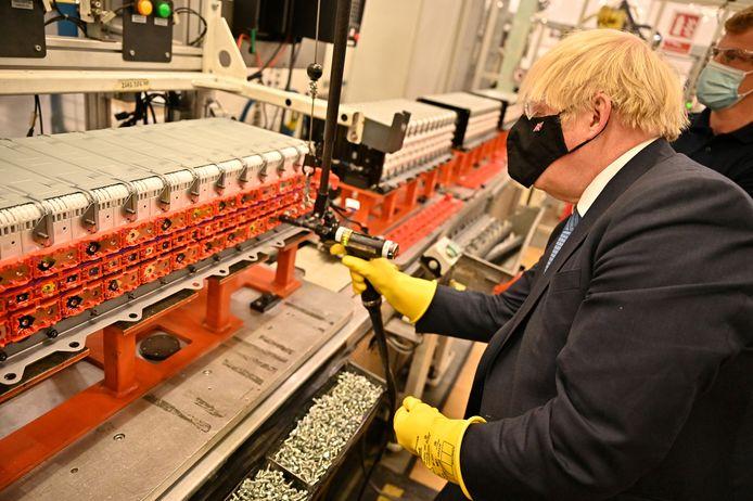 """Premier Boris Johnson bezoekt de  Envision-batterijenafdeling in de Nissan-fabriek in Sunderland, op 1 juli 2021. """"Een cruciaal moment"""", noemde Johnson de beslissing van Nissan om in het VK (elektrische) auto's te blijven maken."""