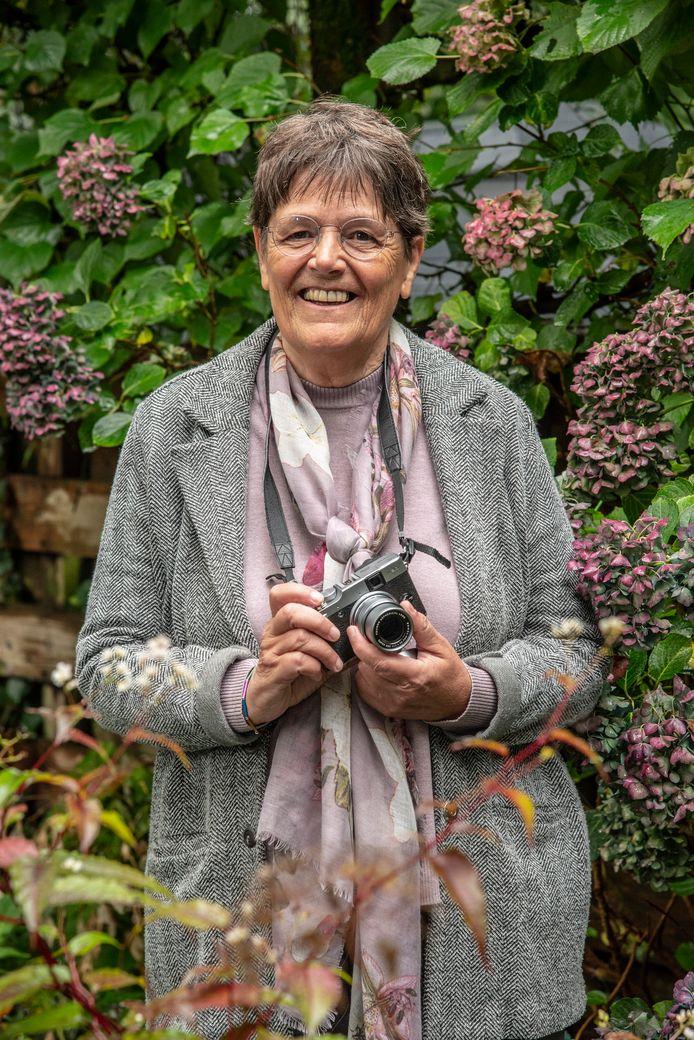 Fotografe Ineke Jansen uit Cuijk. In november exposeert zij haar foto's van wereldvrouwen met daarbij gedichten van verschillende dichteressen in Bibliotheek Mariënburg in Nijmegen.