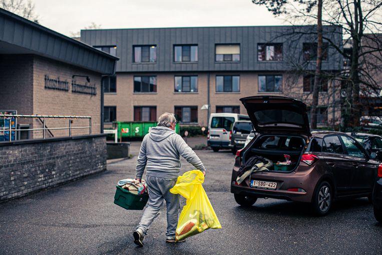 Een man haalt de spullen van een van zijn ouders weg uit het woon-zorgcentrum, oorzaak van het overlijden: Covid-19. Beeld Bas Bogaerts