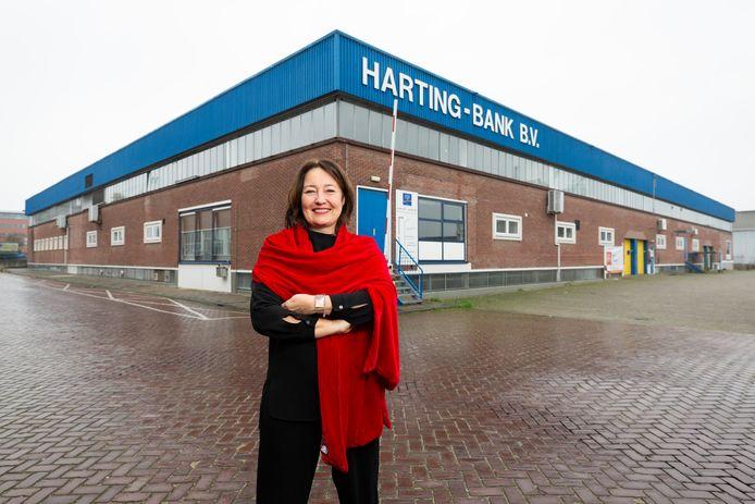 Wethouder Saskia Bruines bij het gebouw waar voorheen Harting-Bank in gevestigd was. Het gebouw wordt een bedrijfsverzamelgebouw.
