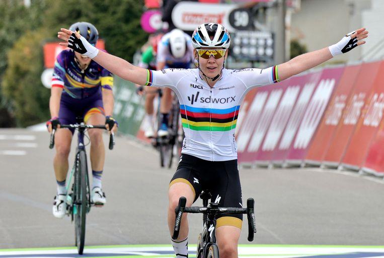 Anna van der Breggen verslaat de Poolse Katarzyna Niewiadoma. Beeld AP