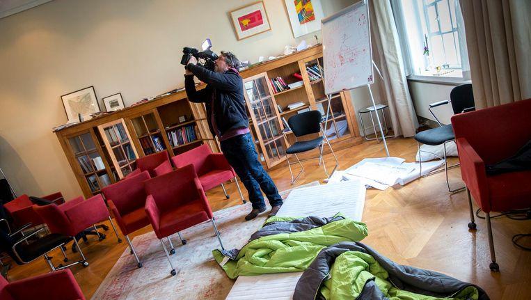 Een cameraman filmt het Maagdenhuis in april 2015, kort nadat de studenten die het pand bezet hadden de deur was gewezen. Beeld anp
