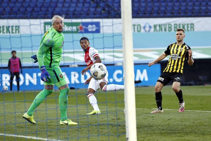 Vitesse-doelman Remko Pasveer heeft het nakijken bij de inzet van Ajax-invaller David Neres.