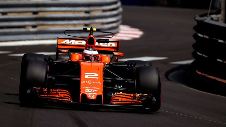 Stoffel Vandoorne in zijn McLaren in de straten van Monaco. Beeld Photo News