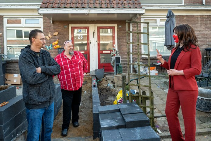 Stefanie Blokhuizen, die zichzelf heeft benoemd tot tijdelijke minister voor Wonen brengt een bezoek aan de Geitenkamp in Arnhem.