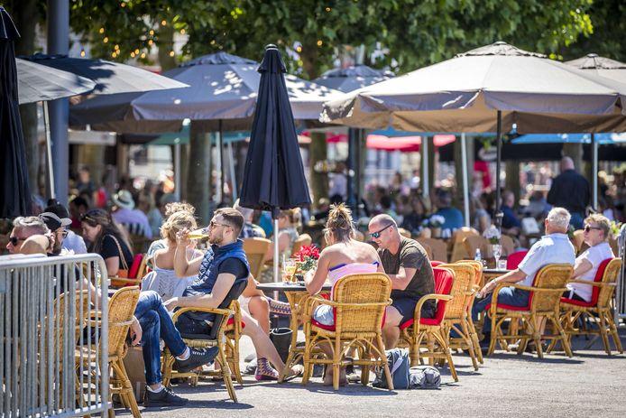Gasten op het terras op het Vrijthof in Maastricht, op de eerste dag dat de horeca weer open mocht.