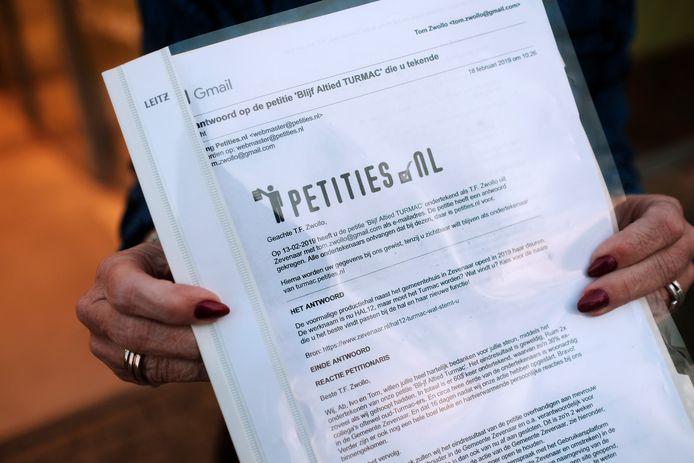 Wethouder Anita van Loon toont de petitie van initiatiefgroep Bli-if Altied Turmac. Foto : Jan Ruland van den Brink