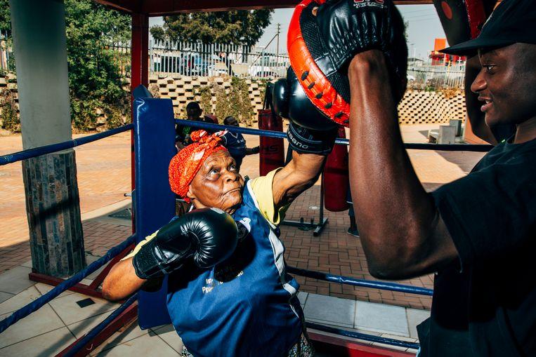 Deze dame is ook lid van de Boxing Grannies. Beeld Nikita Teryoshin