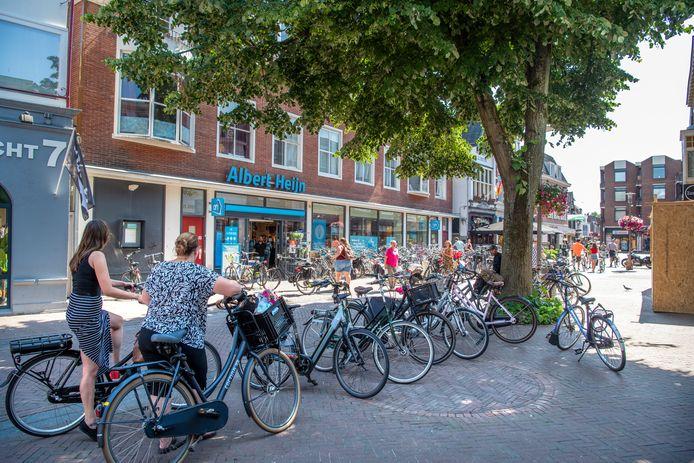 Wie de fiets buiten de stalling in de binnenstad van Apeldoorn parkeert kan daar vanaf 6 juli een rekening van 25,- euro voor krijgen. Voor binnenstadbewoners die geen alternatief hebben wordt een uitzondering gemaakt.