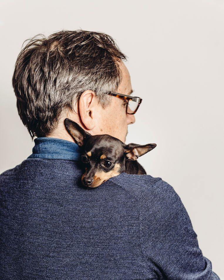 Mark Coenen en zijn Italiaanse hond Piccola. Beeld Illias Teirlinck