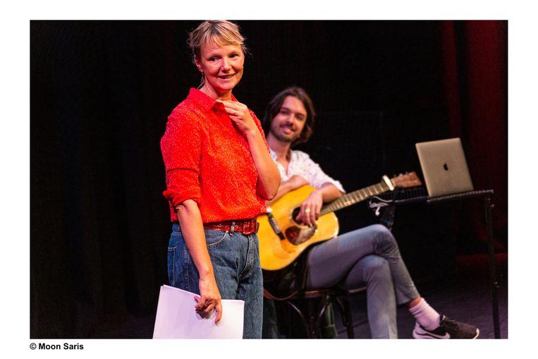 In het echt door Laura van Dolron met rechts muzikant Frank van Kasteren Beeld Moon Saris