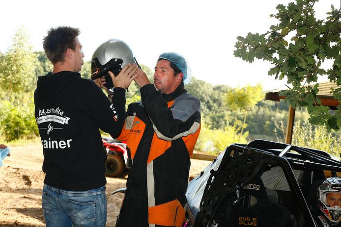 Trainer Erwin van de Looi van Willem II na zijn rit op een quad.