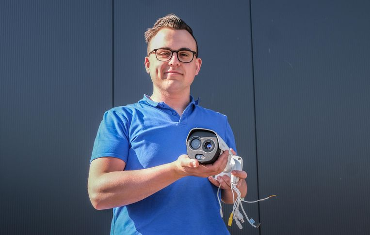 Het Ooigems bedrijf Comet-Technics heeft software ontwikkeld om lichaamstemperaturen te meten via infraroodcamera's.  Bert Commeene van Comet-Technics toont zo'n camera.