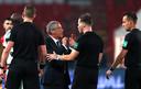 Portugal-bondscoach Fernando Santos in discussie met Danny Makkelie. Rechts Mario Diks.