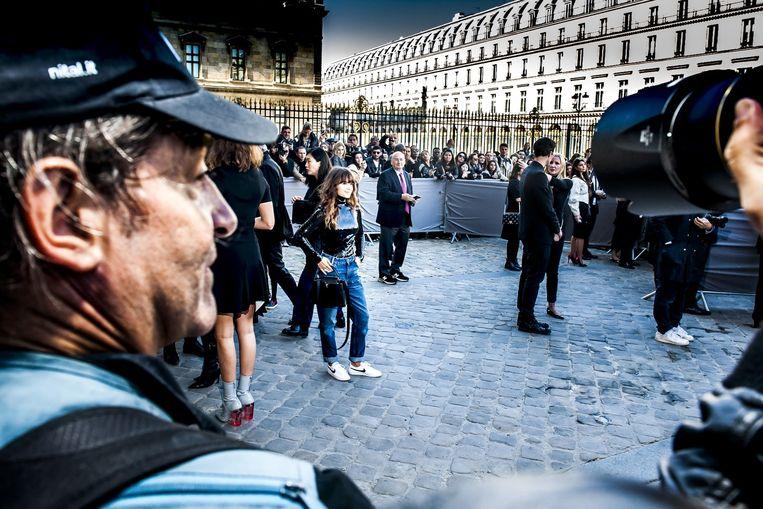 Ook journalisten, bloggers en fashionista's poseren op hun best om hun Instagram-accounts te voeden tijdens de Parijse modeweek (september 2015). Beeld Stefaan Temmerman