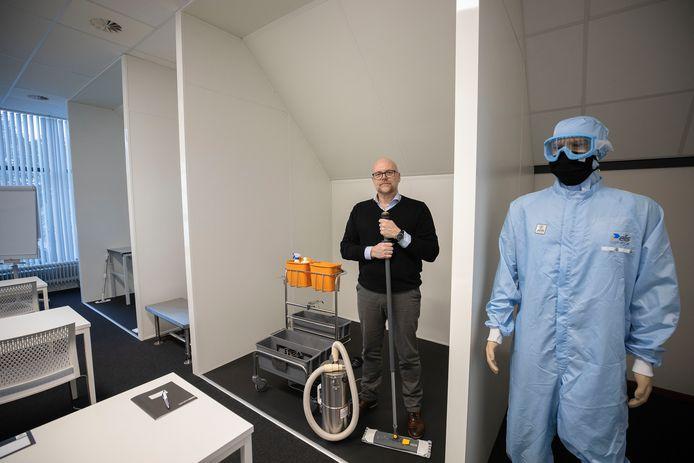 Werner Jansen leidt met zijn bedrijf Jans Control schoonmakers van cleanrooms op.