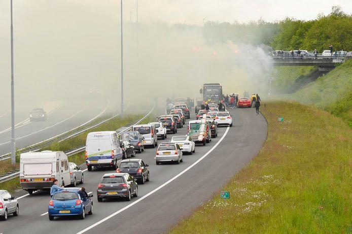 De aanmoediging van de vele NAC supporters zorgt voor vertraging op de A58 bij Etten-Leur