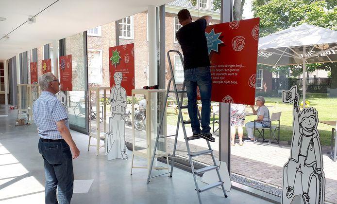 Inrichten van nieuwe expositie 'Reis door Roosendaal in 750 dingen' in Tongerlohuys.