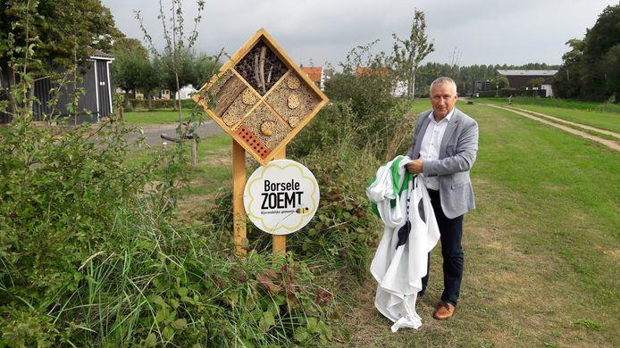 Wethouder Arno Witkam opende vorig jaar september het eerste bijenhotel van de gemeente Borsele.