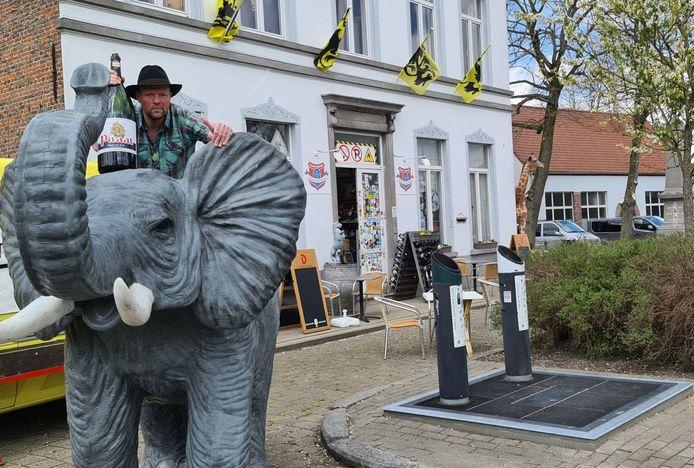 Stefaan Van Canneyt op de olifant. Let op de giraf die om het hoekje piept.