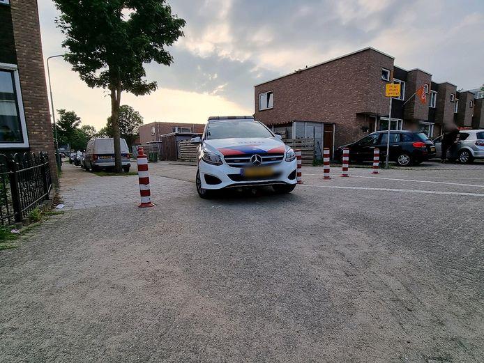 De politieauto kan geen kant meer op.