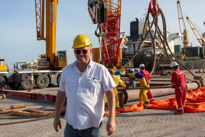 De klussen van Joop van der Vinne uit Vroomshoop in Nigeria zijn talrijk. Recent haalde hij buizen in de Verenigde Arabische Emiraten op om in Nigeria te kunnen baggeren.