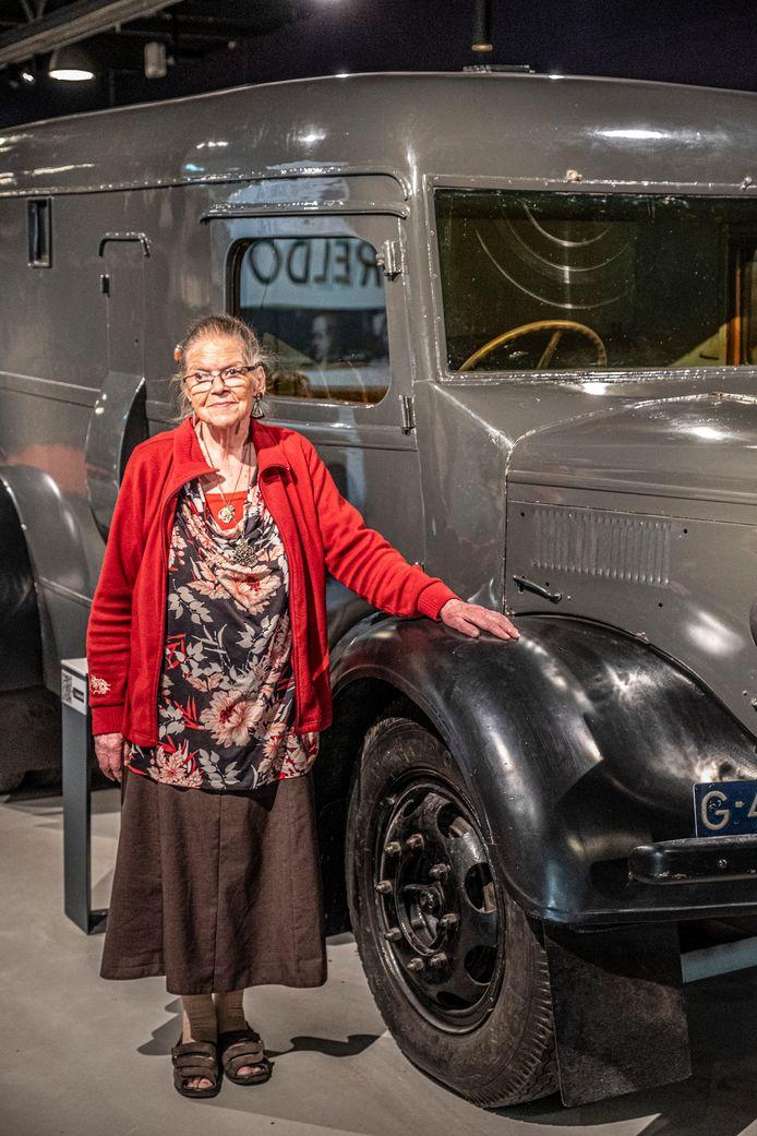 Zuster Christa Hijstek geeft rondleidingen door het museum aan kinderen. Hier staat zij bij de wagen waarmee het koninklijk gezin naar Engeland gevlucht is.