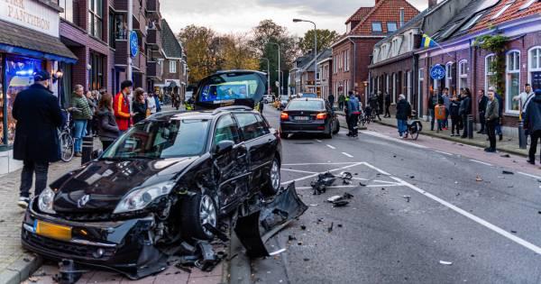 Kind gewond na auto ongeluk met meerdere voertuigen in Tilburg.