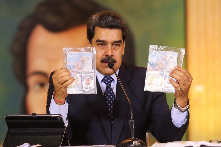 Maduro hield tijdens een televisietoespraak foto's omhoog van gearresteerde Amerikanen die een coup wilden plegen.  Beeld EPA