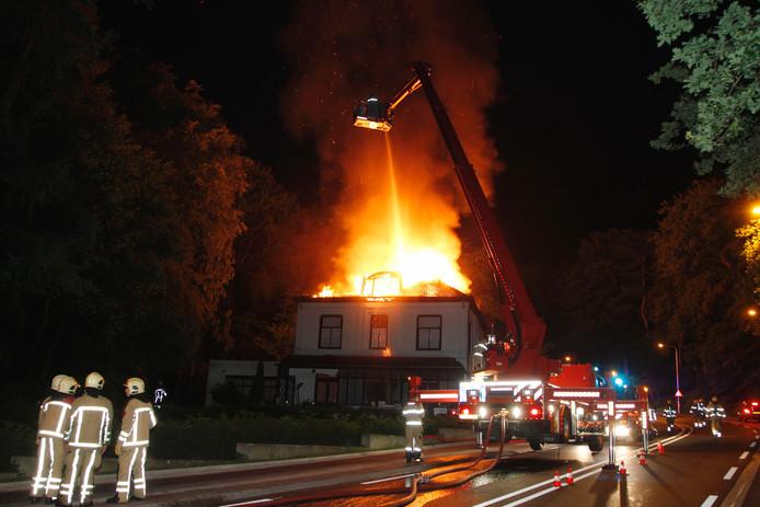 Brand in een oud-hotel aan de Grebbeweg in Rhenen.