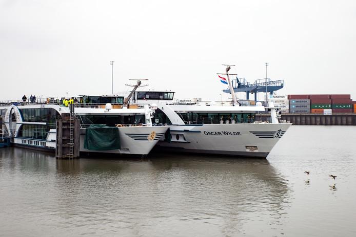 Het gehavende schip Edelweiss ligt aan de calamiteitensteiger in Weurt naast het door de rederij Scylla gestuurde cruiseschip Oscar Wilde, dat de Edelweiss komt vervangen.
