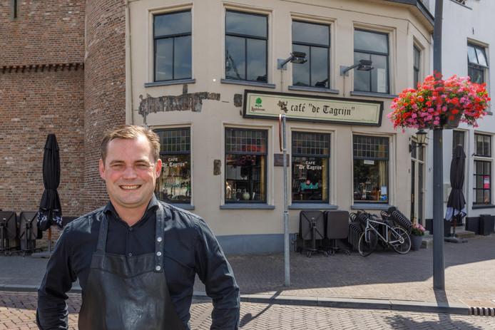 Uitbater Fedde Bakker is dolenthousiast over de vondst van de 19e eeuwse belettering op de gevel van zijn Café De Tagrijn.