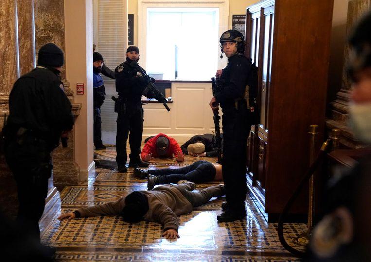 Ordediensten trachten de orde te herstellen. Beeld Getty Images