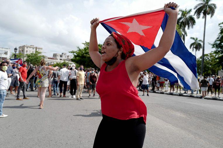 Duizenden demonstranten gingen zondag in Havana de straat op om te betogen tegen het regime van president Miguel Diaz-Canel. Beeld AFP