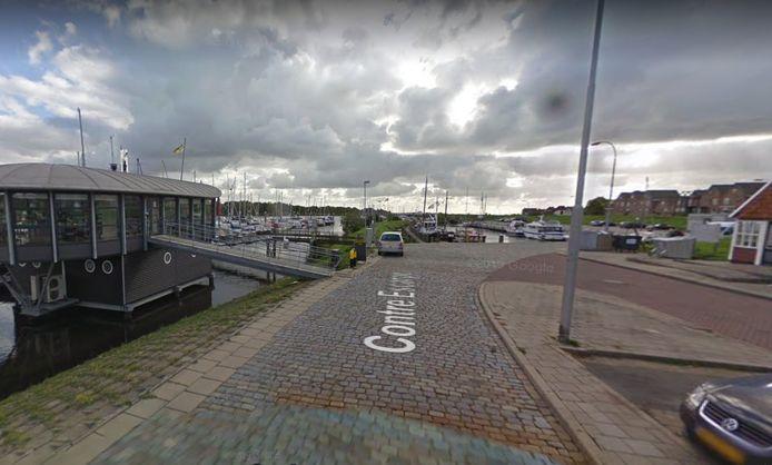 Het havenplateau, met links het Koggedek, het clubhuis van de watersportvereniging.