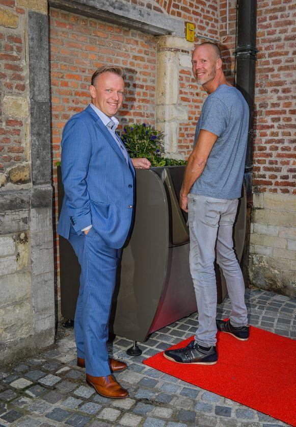 Schepen van Preventie Stefaan Deleus en Richard De Vries van de firma Urban Senses bij de als plantenbak vermomde urinoir.