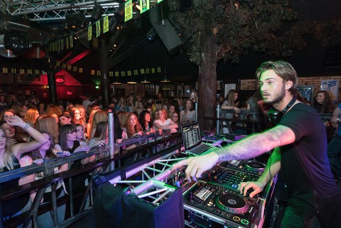 Dj Dave Roelvink trok in het verleden volle zalen bij Smithy's Palace in Eesveen. De discotheek wil zich nu vooral op specifieke doelgroepen, waaronder tieners, richten.