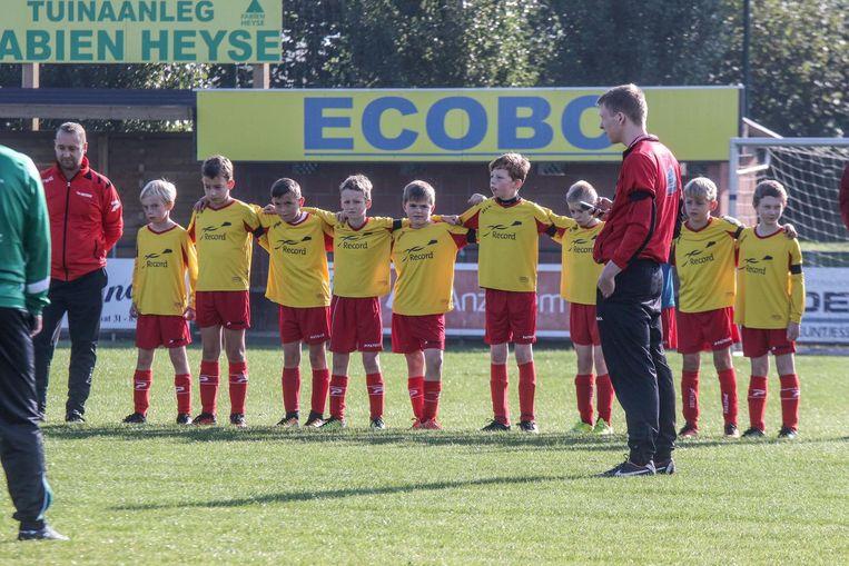 De spelertjes SV Anzegem droegen tijdens de match een rouwband.