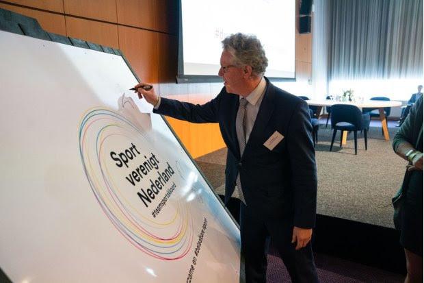 Gedeputeerde Jan Markink creatief in actie bij startsein Gelderse sportverduurzaming.