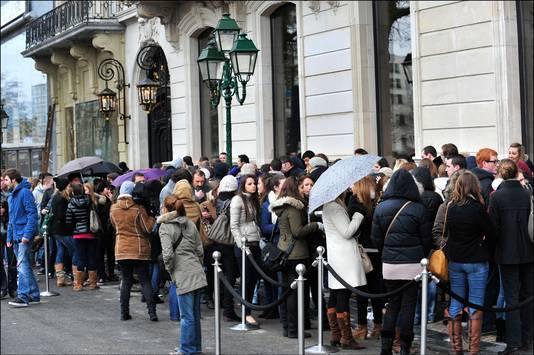 Mensen schuiven met plezier aan om de winkel van Abercrombie & Fitch in Brussel te kunnen betreden.