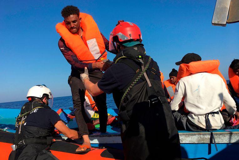 Vorige week pikte het reddingsschip Ocean Viking al 180 bootvluchtelingen op uit de Middellandse Zee. Ze werden naar het Italiaanse eiland Lampedusa gebracht. De afgelopen 24 uur kwamen er nog eens zeshonderd vluchtelingen bij waardoor er nu sprake is van een noodsituatie op het eiland. Beeld AFP