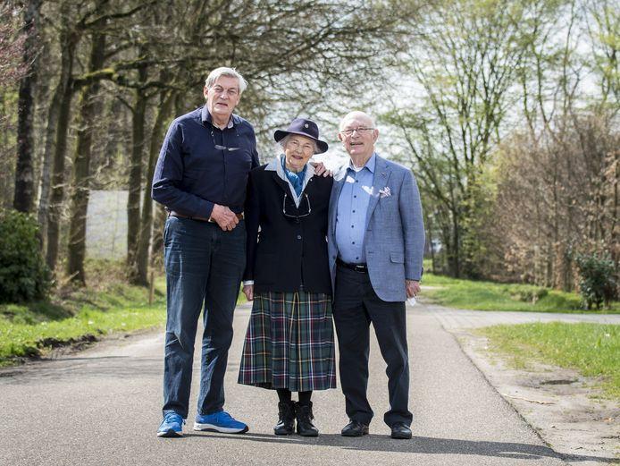 Bert Woudstra (rechts) met zijn onderduik-broer en -zus Ina Nolte-Noorderbos en Piet Hein Noorderbos