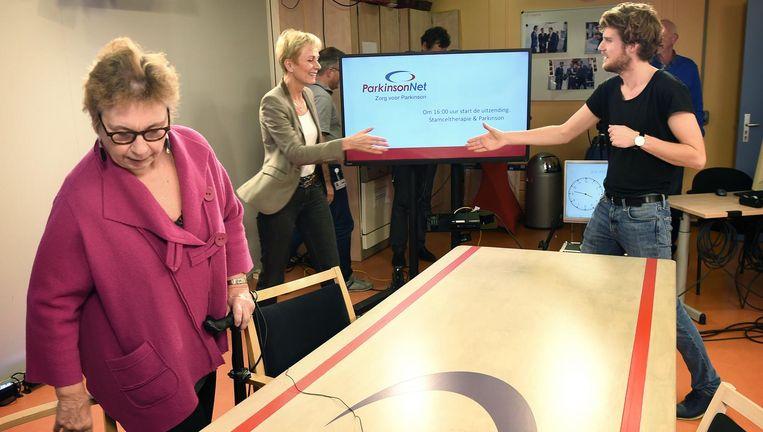 Studiogasten Gerdy ter Denge en Christine Mummery nemen plaats aan tafel voor de opnamen van ParkinsonTV Beeld Marcel van den Bergh