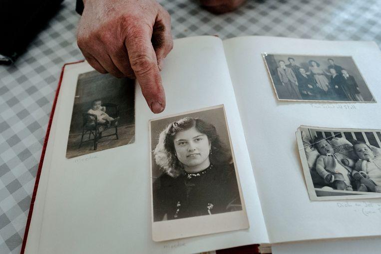 Martin van Drunen thuis met foto's van zijn moeder. Beeld Merlin Daleman