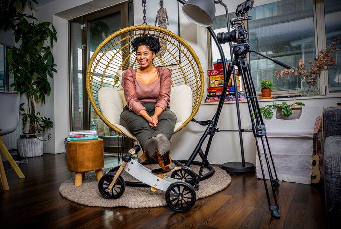 De Rotterdamse Djanifa da Conceicao maakt onder de naam Verlosmoeder YouTubevideo's, Instagramposts en sinds kort ook podcasts voor (aanstaande) moeders én hun partner.