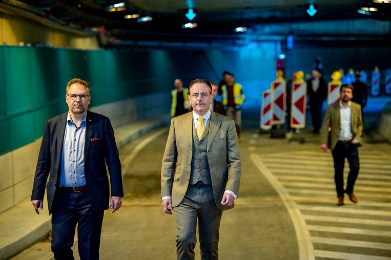 Schepen Koen Kennis (N-VA) en Bart De Wever (N-VA) bij de officiële opening van de tunnels onder het Operaplein in Antwerpen. Beeld Photo News