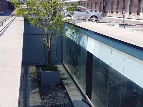 Honderden glasplaten op parkeerdek station Breda worden verwijderd