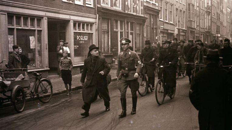 Stapf paradeert in uniform tijdens de rellen tussen leden van de Weerbaarheidsafdeling en Joden. Beeld BBWO2 / NIOD, Stapf Bilderdienst