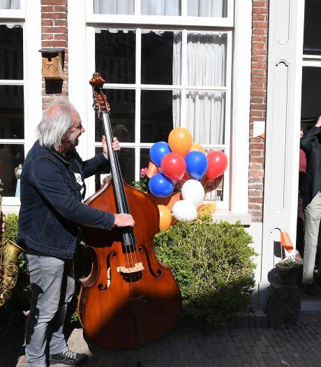 Verrassing! Na Annelies (69) krijgt ook partner Jeroen (68) een lintje