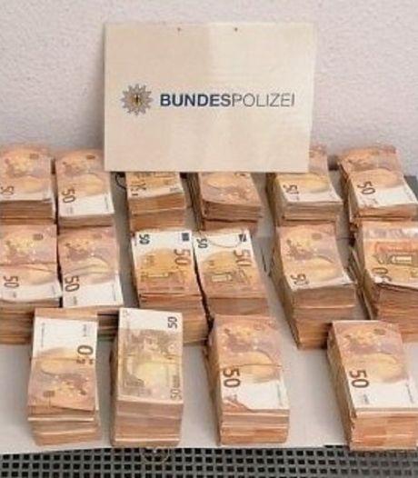 Duitse politie vindt voor vier ton aan cashgeld in busje Nederlander (25)